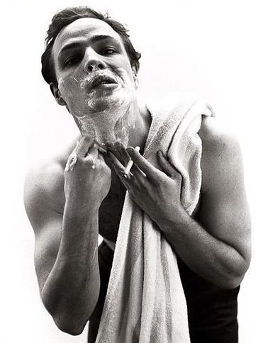 Marlon-Brando-shaving