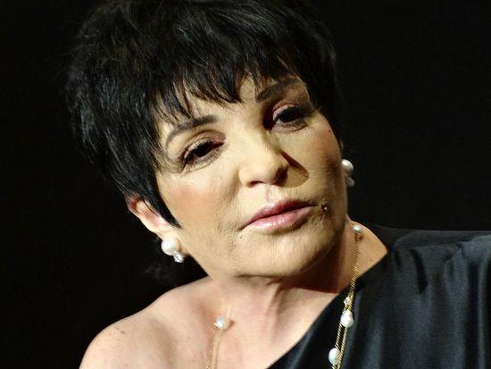 Liza-Minnelli-listens