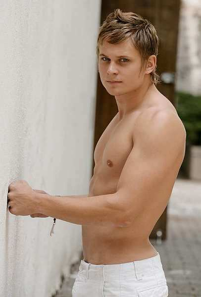 Billy-Magnussen-sexy-2