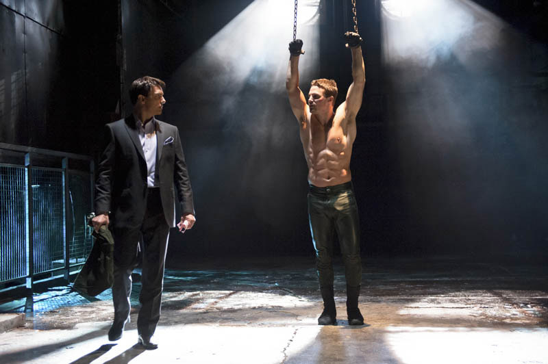 Stephen-amell-arrow-shirtless-chains-2