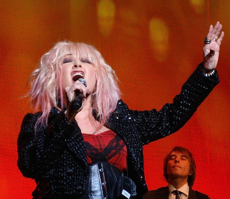 Cyndi-Lauper-singing