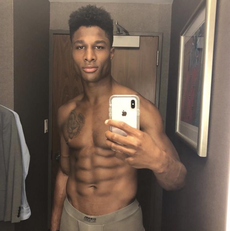 Shirtless-selfie-abs-guys-boyculture