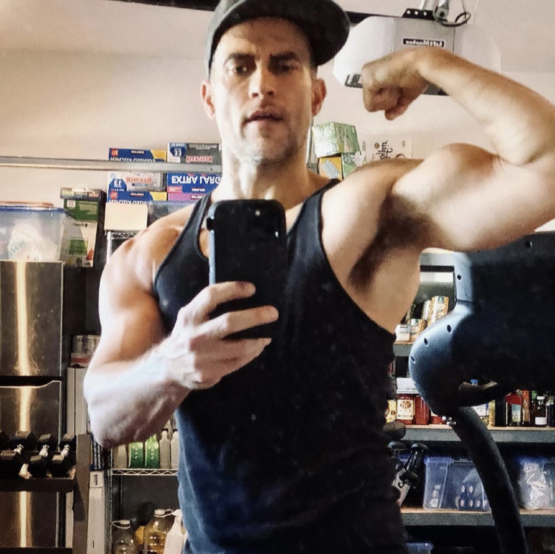 Cheyenne-jackson-bicep-underarm-muscles-fitness-boyculture-gay