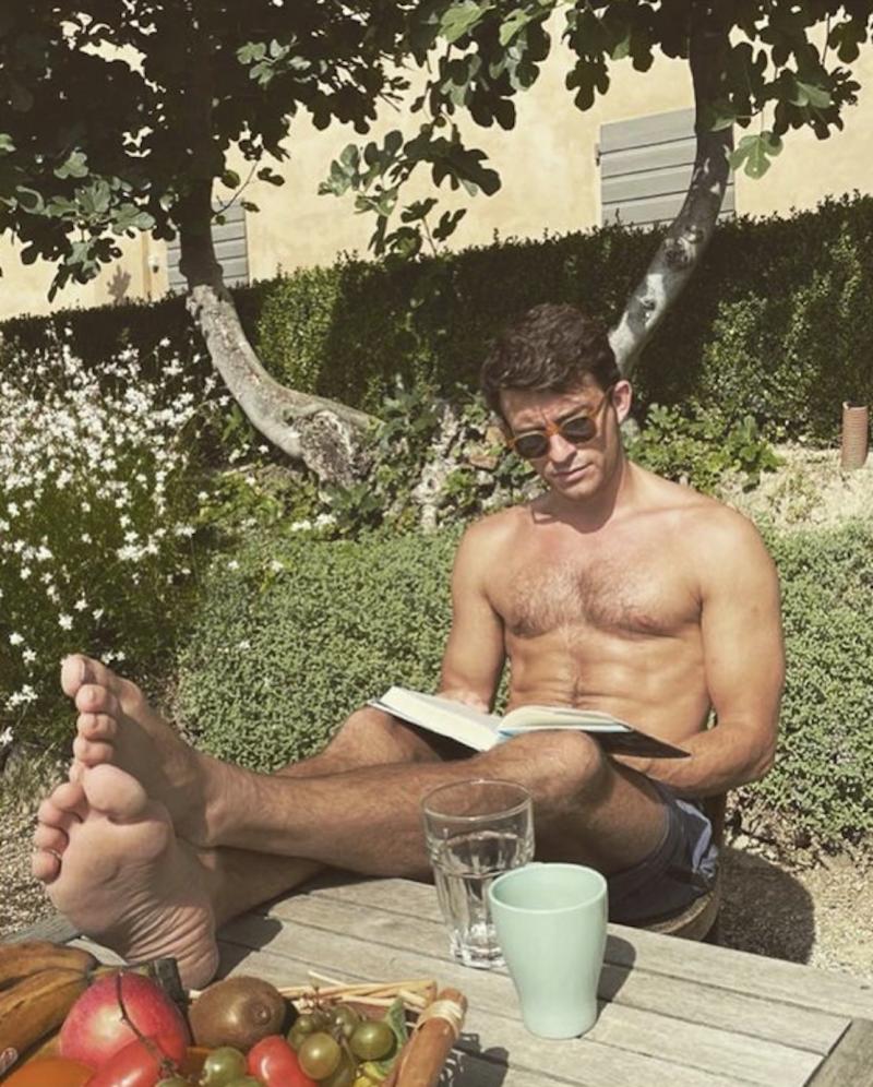 Jonathan-Bailey-Bridgerton-feet-shirtless-gay-vacation-boyculture